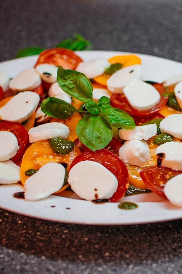 Our very easy and very delicious recipe of italian caprese salad with mozzarella and balsamic winegar. Ideal if you are looking for a delicious salad. #tomato #salad #appetizer #saladcaprese #italian
